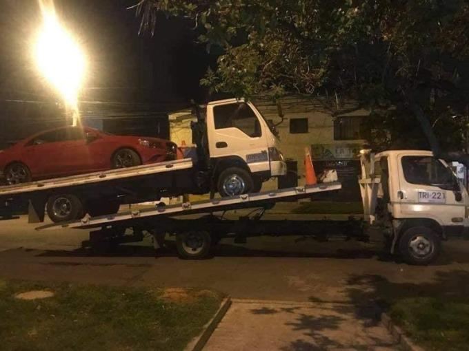Một xe cứu hộ khác đến để cứu hai chiếc xe trước đó.
