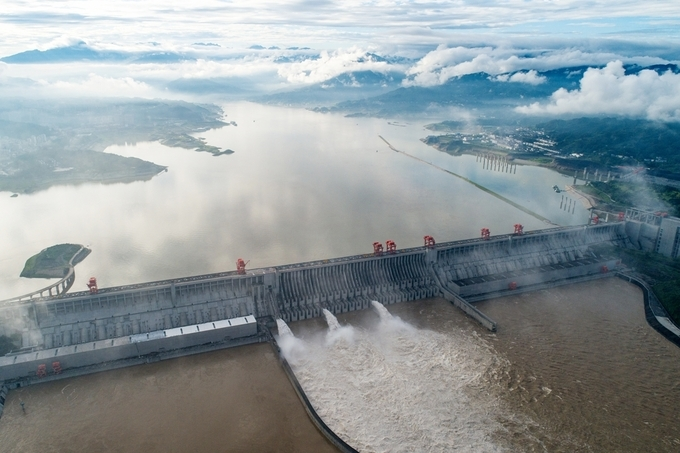 Đập Tam Hiệp xả lũ hôm 2/7 ở thành phố Nghi Xương, tỉnh Hồ Bắc. Ảnh: Reuters.