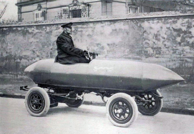Camille Jenatzy cùng chiếc xe điện có kiểu dáng độc đáo. Ảnh: Wikimedia.
