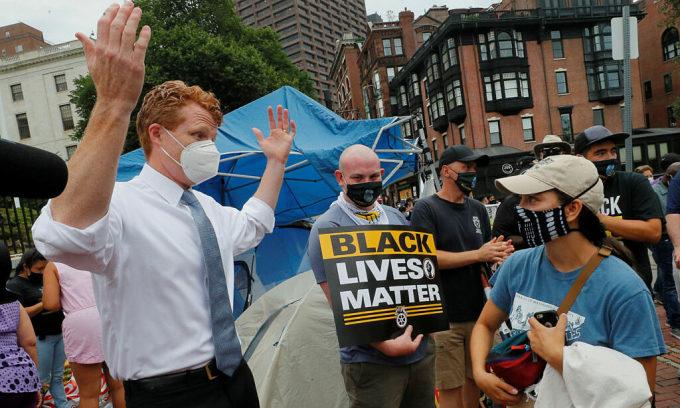 Hạ nghị sĩ Dân chủ Joe Kennedy III (áo trắng) nói chuyện với các công nhân đình công ở Boston, bang Massachusetts, Mỹ, ngày 20/7. Ảnh: Reuters.