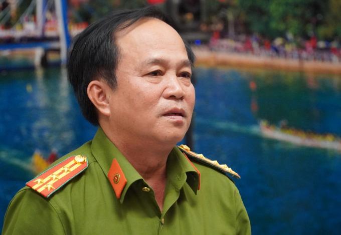Đại tá Đinh Kim Lập, Phó giám đốc Công an Bình Thuận báo cáo kết quả điều tra ban đầu vụ tai nạn, chiều 21/7. Ảnh: Việt Quốc.