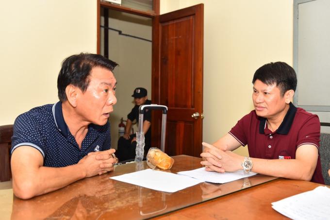 Nghi can cầm đầu Kimsoosik - cựu cảnh sát Hàn Quốc (trái) tại cơ quan điều tra. Ảnh: Công an cung cấp.