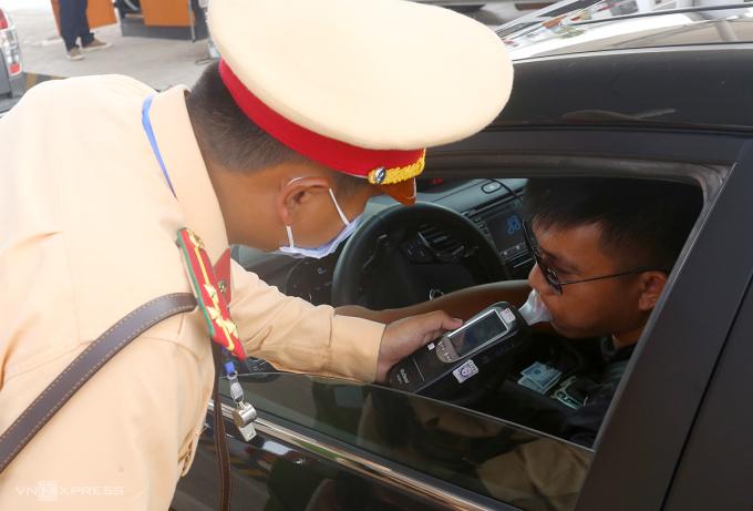Cán bộ Cục CSGT kiểm tra nồng độ cồn tài xế ôtô trên cao tốc Bắc Giang-Lạng Sơn hồi tháng 6. Ảnh: Bá Đô