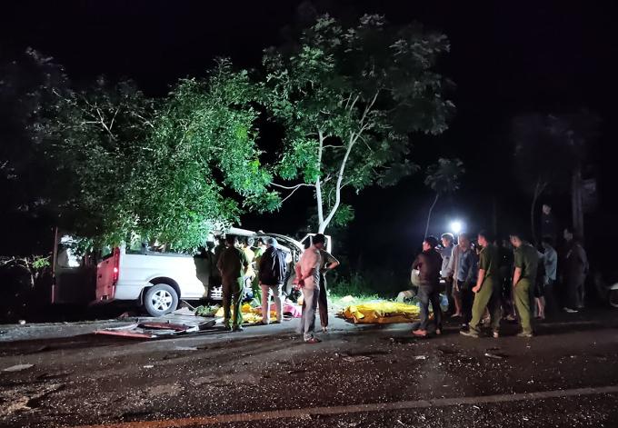 Hiện trường tai nạn 8 người chết rạng sáng 21/7. Ảnh: Nguyễn Quốc.