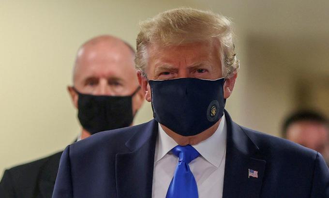 Trump đeo khẩu trang khi thăm Trung tâm Y tế Quân đội Quốc gia Walter Reed hôm 11/7. Ảnh: Reuters.
