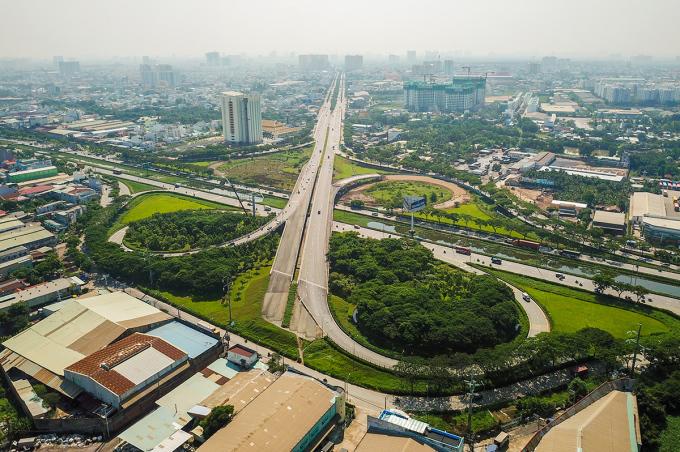 Đoạn cuối đường Võ Văn Kiệt giao với quốc lộ 1 tại địa phận huyện Bình Chánh, TP HCM. Ảnh: Quỳnh Trân.