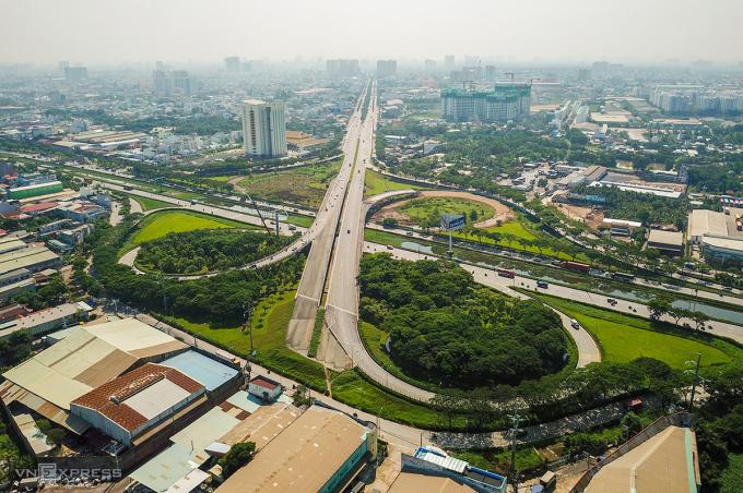 Đoạn cuối đường Võ Văn Kiệt giao với quốc lộ 1 tại huyện Bình Chánh, TP HCM. Ảnh: Quỳnh Trần.