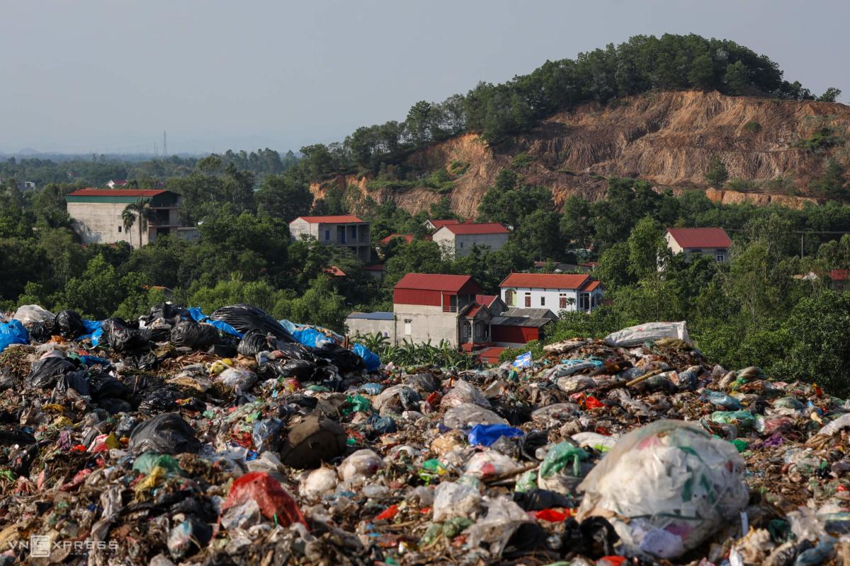 Bãi rác lớn nhất Hà Nội quá tải