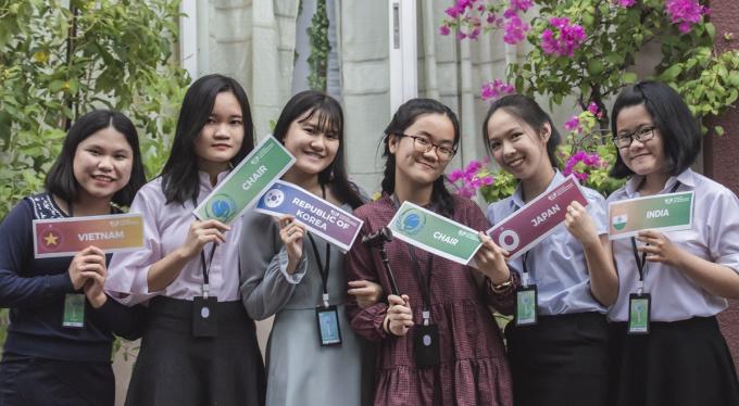 Bảo Tiên (đeo kính) bên các bạn sau Hội nghị mô phỏng Liên Hợp Quốc ở Phú Yên do chính em sáng lập. Ảnh: Nhân vật cung cấp.