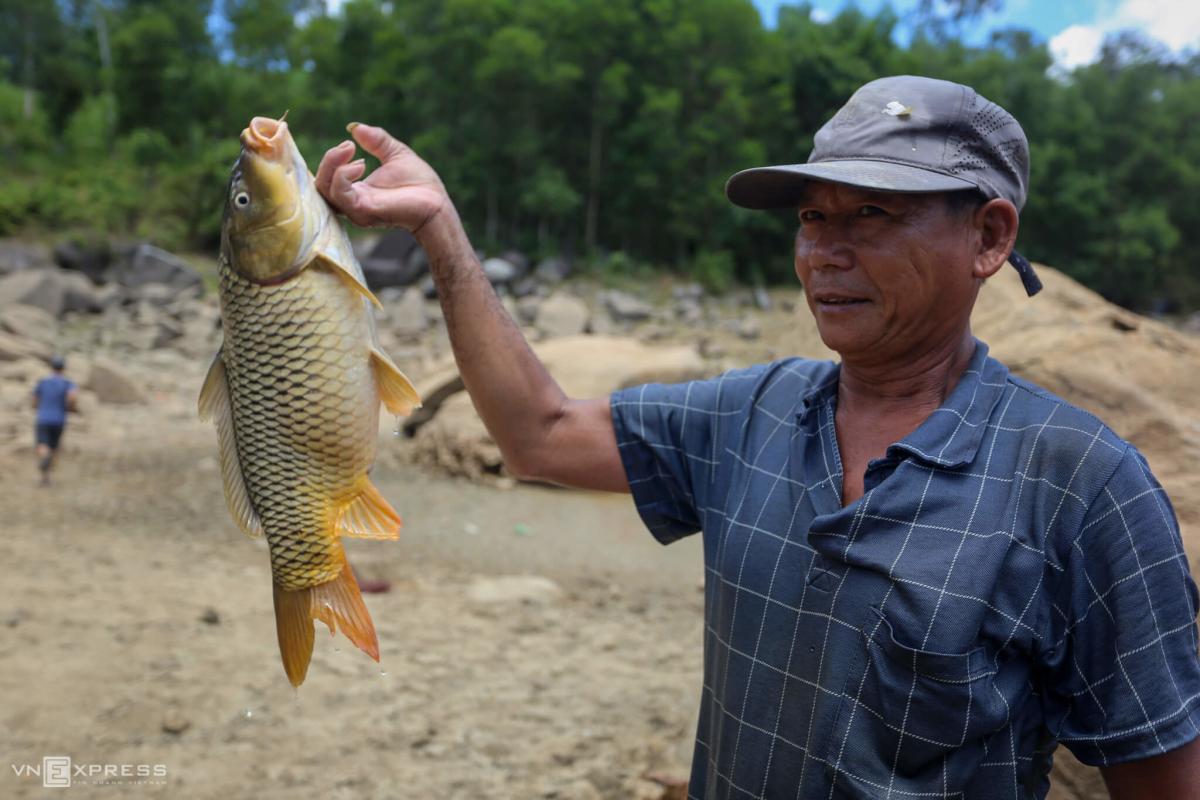 Vây lưới bắt cá trên hồ thủy lợi