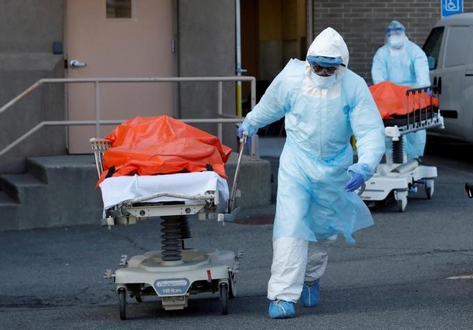 Nhân viên y tế đẩy thi thể bệnh nhân Covid-19 ra nhà xác trung tâm y tế Wyckoff Heights tại thành phố New York, Mỹ, hôm 4/4. Ảnh: Reuters.