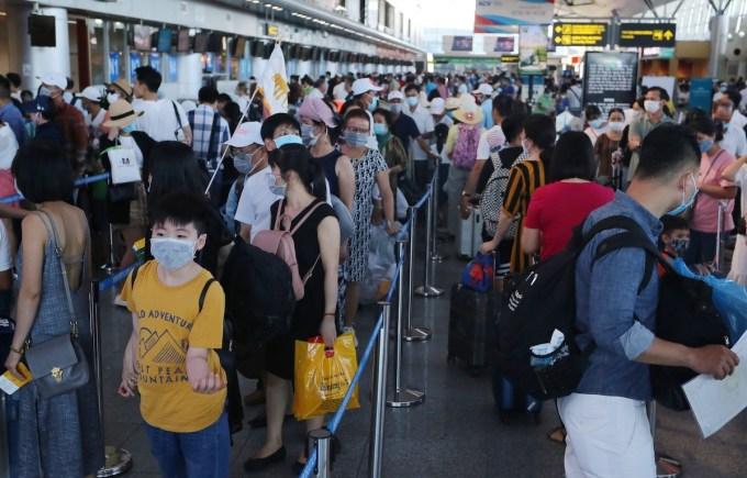 Sân bay Đà Nẵng đông khách nội địa chiều 24/7. Ảnh: Đắc Thành