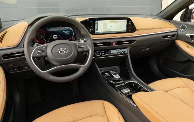 Đồng hồ kỹ thuật số 12,3 inch và màn hình cảm ứng 10,25 inch. Ảnh: Hyundai