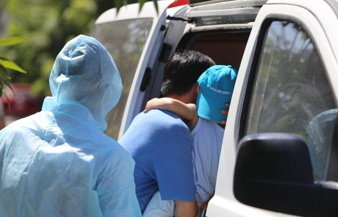 Lúc 14h ngày 24/7, con rể và cháu của người đàn ông nghi nhiễm nCoV được đưa đi cách ly tại Trung tâm y tế quận Liên Chiểu. Ảnh: Đắc Thành.