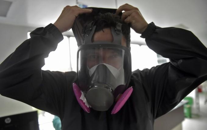 Bác sĩ đeo đồ bảo hộ ở Colombia ngày 24/7. Ảnh: AFP.