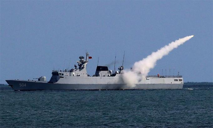 Hộ vệ hạm Túc Thiên phóng tên lửa trong cuộc diễn tập tại Biển Hoa Đông, tháng 12/2017. Ảnh: PLA.