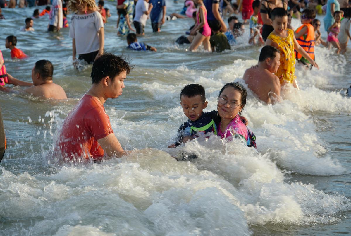 Biển Vũng Tàu đông nghịt người ngày cuối tuần