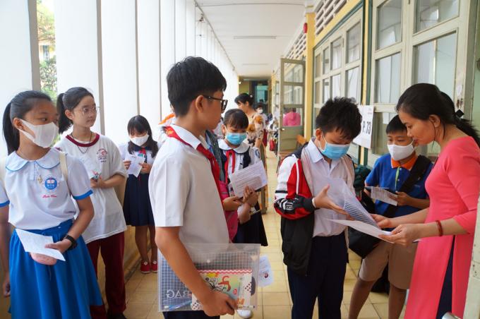 Thí sinh làm thủ tục trước giờ vào phòng thi tại trường THPT chuyên Trần Đại Nghĩa. Ảnh: Mạnh Tùng.
