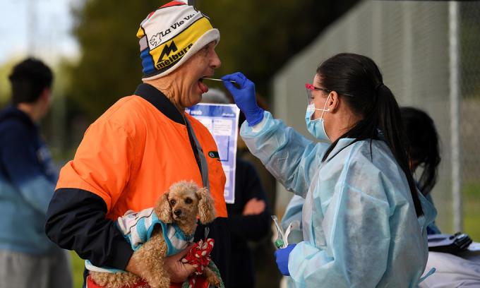 Nhân viên y tế lấy mẫu xét nghiệm nCoV tại Melbourne, cuối tháng 6. Ảnh: Reuters.