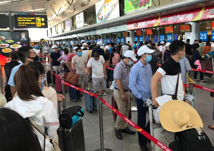 Hành khách xếp hàng làm thủ tục bay tại sân bay Đà Nẵng chiều 26/7.
