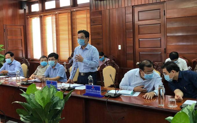 Ông Đặng Ngọc Dũng (đứng) chủ trì cuộc họp khẩn phòng chống Covid-19 chiều 26/7, sau ca nhiễm cộng đồng đầu tiên ở Quảng Ngãi. Ảnh: Văn Linh.