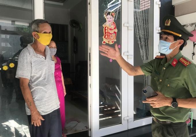 Đại tá Võ Văn Dương đến nhà dân trong khu vực bị khoanh vùng ở tổ dân phố số 9, phường Quảng Phú. Ảnh: Phạm Linh.
