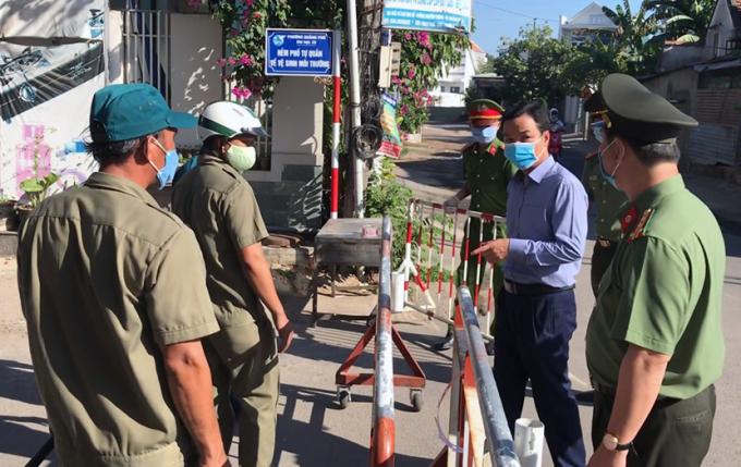 Phó Chủ tịch UBND Quảng Ngãi Đặng Ngọc Dũng nhắc chốt trực thực hiện nghiêm việc cách ly. Ảnh: Phạm Linh.