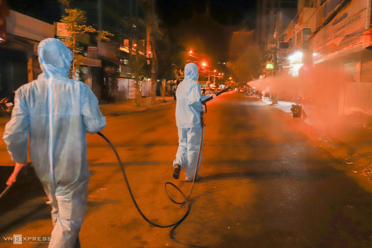 Hai giờ phun hoá chất tại bệnh viện Đà Nẵng