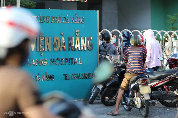 Người thân chờ đưa nhu yếu phẩm cho những người phải cách ly tại Bệnh viện Đà Nẵng, chiều 26/7. Ảnh: Nguyễn Đông.