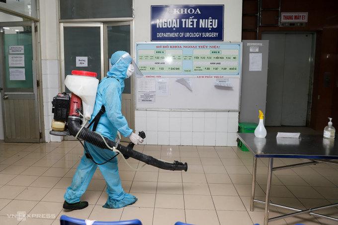 Quân đội phun thuốc khử khuẩn Bệnh viện Đà Nẵng, đêm 26/7. Ảnh: Nguyễn Đông.