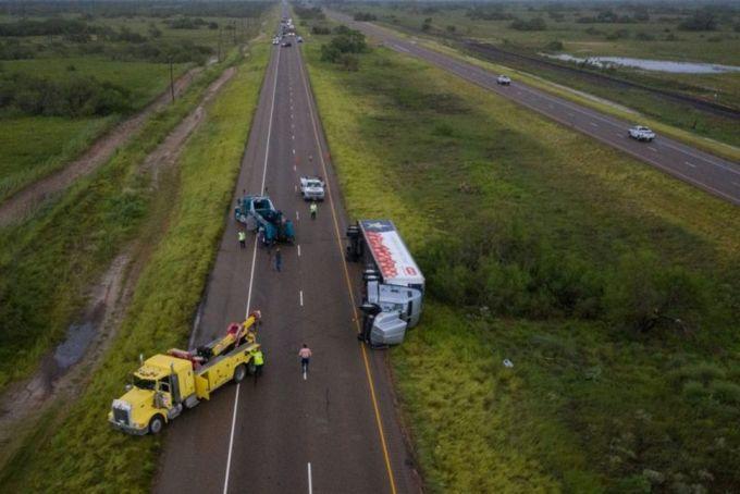 Cứu hộ một xe tải siêu thị bị lật trên đường cao tốc 77 ở Sarita, Texas, Mỹ, hôm 26/7, do gió lớn từ bão Hanna. Ảnh: Reuters