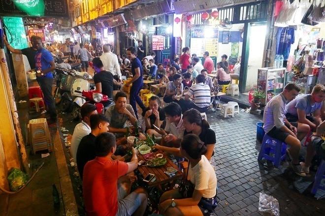 Phố Tạ Hiện (Hà Nội) nhộn nhịp khách du lịch về đêm. Ảnh:Giang Huy