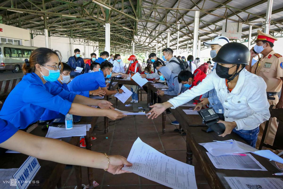 Hàng nghìn người vượt đèo Hải Vân rời Đà Nẵng