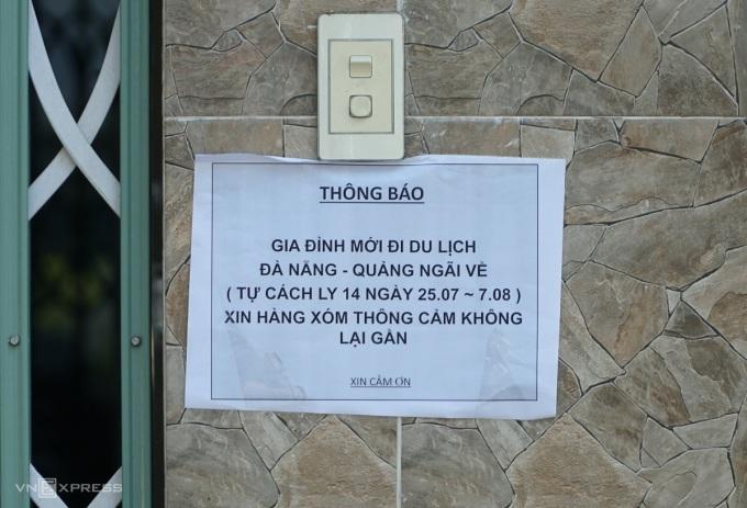 Thông báo của gia đình anh Trình và anh Mãn đều in dòng chữ giống nhau. Ảnh: Phạm Linh.