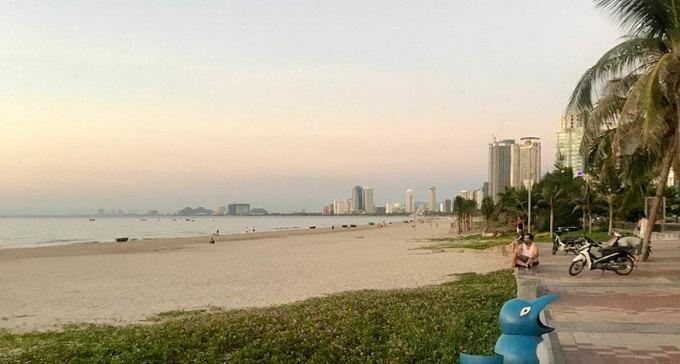 Bãi biển Đà Nẵng vắng vẻ sáng 28/7. Ảnh: Công Anh.