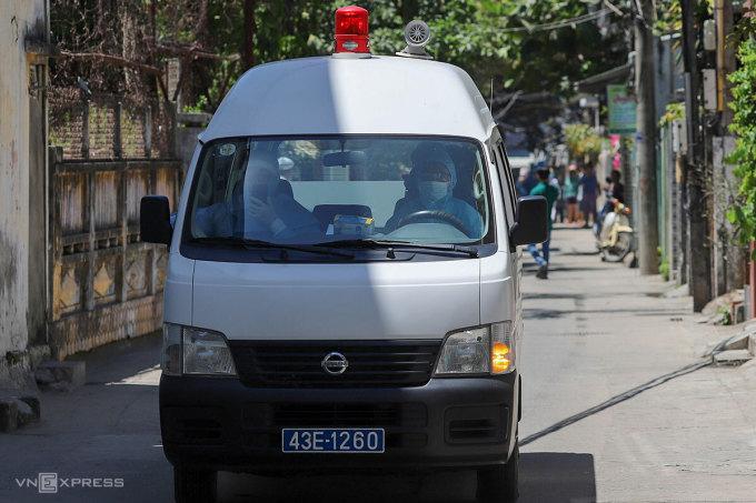 Xe cứu thương đưa người nhà bệnh nhân đi cách ly, sáng 28/7. Ảnh: Nguyễn Đông.