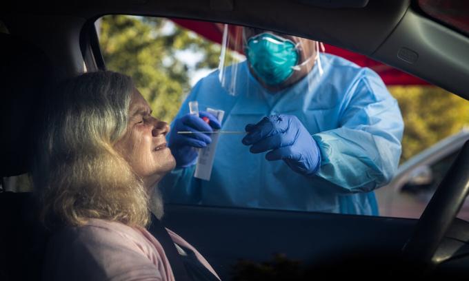 Nhân viên y tế lấy mẫu xét nghiệm nCoV ngay trên xe tại Galt, bang California, hôm 23/7. Ảnh: NYTimes.