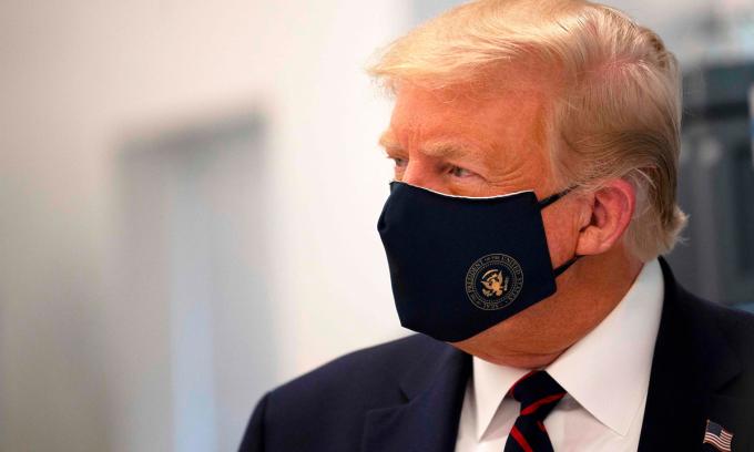 Tổng thống Donald Trump đeo khẩu trang khi thăm Trung tâm đổi mới công nghệ sinh học Fujifilm Diosynth ở Morrisville, bang Bắc Carolina, ngày 27/7. Ảnh: AP.