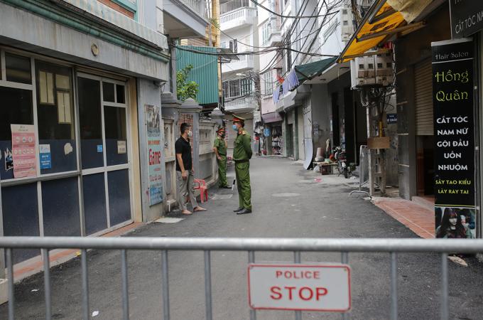 Công an phường Mễ Trì dựng rào chắn ở một đoạn ngõ 230 Mễ Trì Thượng. Ảnh: Tất Định.