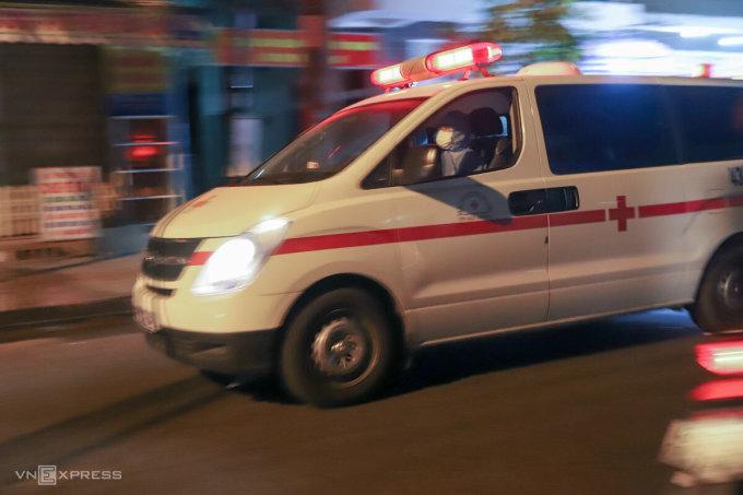 Xe cấp cứu lao vút đi trong đêm để vận chuyển người về khu cách ly. Ảnh: Nguyễn Đông.