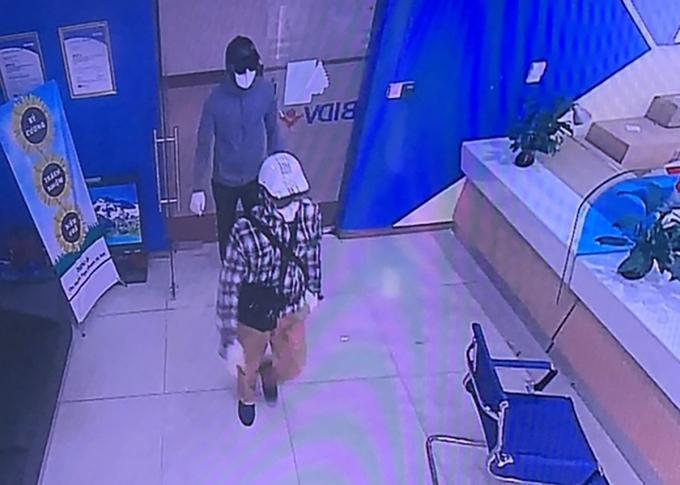 Ngọc (áo kẻ) và Mạnh khi đi vào ngân hàng gây án. Ảnh cắt từ dữ liệu camera.