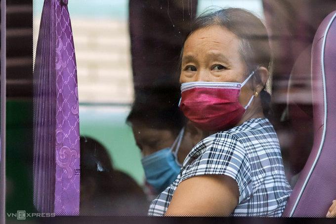 Người nhà bệnh nhân rời Bệnh viện Đà Nẵng đi cách ly tập trung, chiều 27/7. Ảnh: Nguyễn Đông.