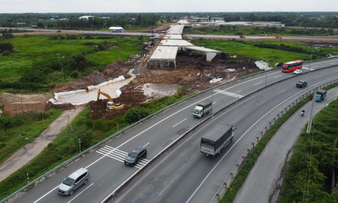 Gói thầu XL04, nút giao Thân Cửu Nghĩa (Châu Thành) sắp hoàn thành, kết nối với cao tốc Trung Lương. Ảnh: Hoàng Nam