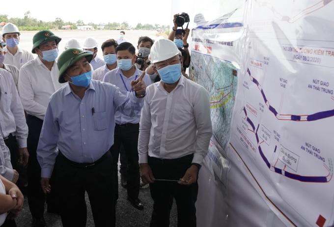 Thủ tướng Nguyễn Xuân Phúc thị sát tại gói thầu XL04, nút giao Thân Cửu Nghĩa (Châu Thành). Ảnh: Hoàng Nam