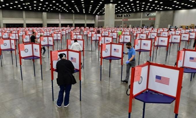 Các điểm bỏ phiếu được lập ở một tiểu học tại thành phố Louisville, bang Kentucky, Mỹ hồi tháng 6. Ảnh: AP.