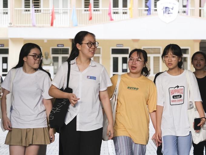 Thí sinh dự thi lớp 10 công lập tại Hà Nội ở điểm thi trường THCS Lê Quý Đôn, Cầu Giấy, ngày 18/7. Ảnh: Dương Tâm