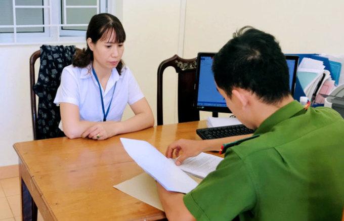 Nghi can Kim Anh (áo trắng) làm việc với cảnh sát. Ảnh: C.A