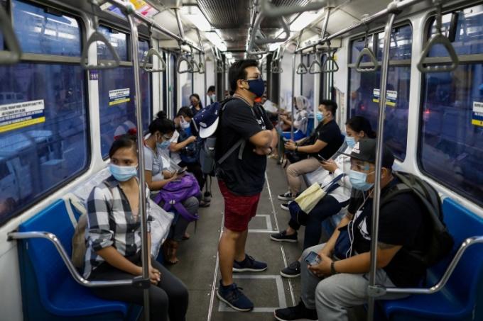 Người dân Manila đeo khẩu trang trên xe bus ngày 21/7. Ảnh: Reuters.