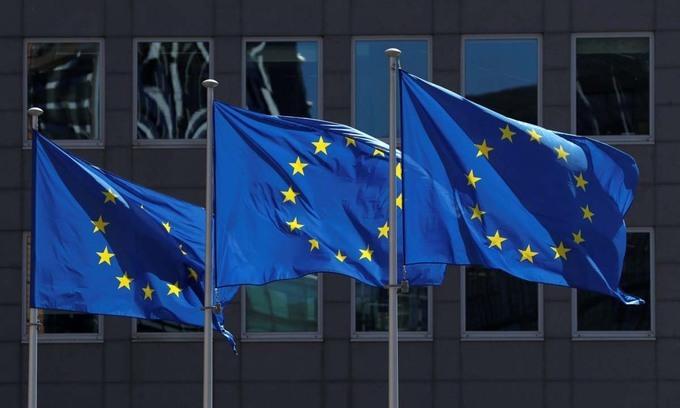 Cờ của EU bên ngoài trụ sở Ủy ban châu Âu tại Brussels, Bỉ, hôm 25/6. Ảnh: Reuters.