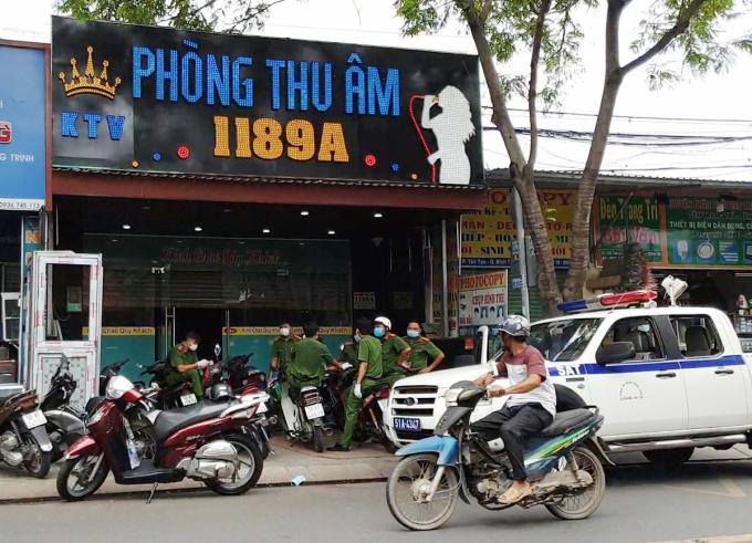 Cảnh sát kiểm tra tiệm Thu âm. Ảnh: Nhật Vy.